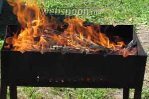Уложим прогоревшие дрова для образования ровной поверхности.