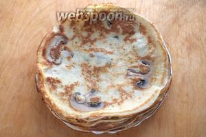 Готовые блинчики можно смазать маслом. Подавайте тёплыми или горячими к первым блюдам вместо хлеба или в качестве самостоятельного блюда вместе со сметаной и зеленью. Приятного аппетита!