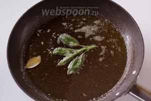 Разогреваем на сковороде оба используемых в рецепте масла и пару минут томим в нем шалфей и лаврушку.