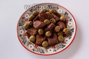 Сервируем мясо с оливками, полив их соусом. А втихаря вымакиваем остаточки со сковородки белым хлебом — вкуснотища, хотя и моветон.