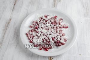 Ягоды смородины вымыть. Просушить. Очистить от веточек. Посыпать ягоды крахмалом.