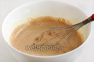 В два приёма добавить шоколадную смесь во взбитые желтки.