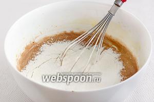 Просеять муку с разрыхлителем и ванилином. Добавлять её частями, аккуратно смешивая. Получится довольно густое тесто.