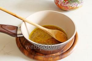 Добавить сок половины лимона, соль и оливковое масло, перемешать.