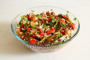 Заправить заправкой салат и оставить в холодильнике настояться мин 30.