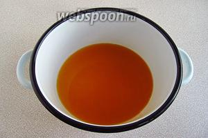 Соединить в небольшой кастрюле ликёр, апельсиновый и лимонный сок. Смесь нагреть, но не доводить до кипения.