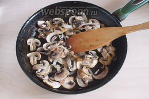 Поджарьте на небольшом количестве масла ломтики грибов и лук.
