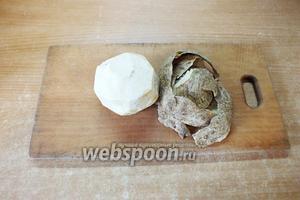 Корень сельдерея очищаем от шкурки как картофель.