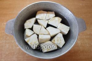 Складываем сельдерей в казанок и заливаем оставшейся водой. Не солим и не добавляем приправу. Варите сельдерей до готовности — он должен стать мягким, как картофель.