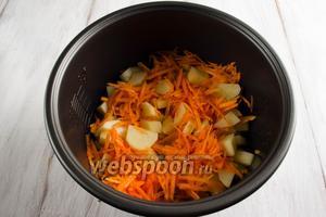 Добавить в чашу подготовленный картофель и морковь. Влить горячую воду. Закрыть крышку. Включить режим приготовления «Выпечка». Варить  в течение 20 минут.