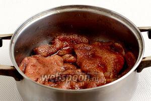 Мясо опустить в маринад, смешать хорошо руками и оставить на 30 минут при комнатной температуре.