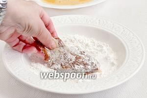 Затем  окунуть кусочек мяса с двух сторон в рисовую муку. Слегка отряхнуть.