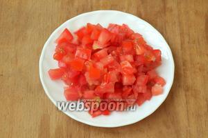 Также кубиками нарезать помидоры.