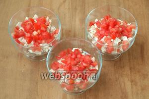 На дно порционных салатниц выложить нарезанную куриную грудку, немного полить йогуртовой заправкой, затем выложить помидоры.