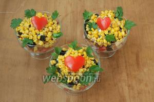 Посыпать верх салата консервированной кукурузой, украсить листиками петрушки и «сердцами» из помидоров. Приятного аппетита!