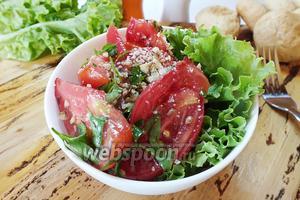 Помидорный салат с семенами льна и грецкими орехами
