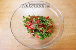 В салатнице смешайте помидоры, петрушку и семена льна. Посолите. Ваш салатик готов. Перед подачей полейте салат маслом и посыпьте грецким орехом. Кушайте на здоровье...