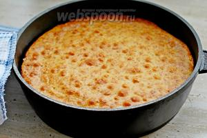 Готовый пирог вынуть из духовки и оставить в сковороде минут на 15-20.
