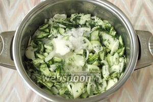 Встряхнуть содержимое кастрюли и добавить сахар, соль, подсолнечное масло и уксус.