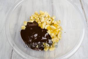 Бананы нарезать кусочками. Добавить к ним шоколад, мёд. Перемешать.