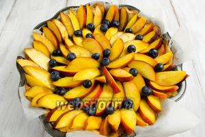 Выложить подготовленные нектарины и ягоды на крем. Поставить пирог в духовку на 20-30 минут. Выпекать при температуре 180 °C.