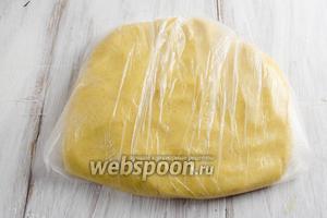 Сложить тесто в пакет и приплюснуть. Положить в морозилку на 15 минут или в холодильник на 40-60 минут.