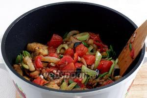 Добавить помидоры в сотейник к овощам.