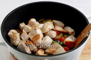 Через  пару минут соединить овощи с обжаренным куриным филе, добавить хмели-сунели и посолить по вкусу. Хорошо перемешать, закрыть крышкой и тушить на малом огне 15-20 минут.