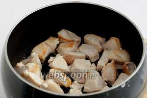 Обжарить курицу в сотейнике, на большом огне, практически без масла. Так как, я использовала постную куриную грудку, то добавила не полную ложку масла. Мясо должно обжариваться в хорошо разогретом сотейнике и на большом огне. Чтобы оно не успело выделить воду, а быстро запечаталось.