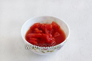 Свежие помидоры нарезать мелкими кусочками. У меня помидоры готовые, в собственном соку.