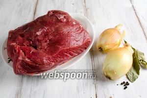 Чтобы приготовить мясо, нужно взять: говядину, лук, лавровый лист, перец, соль, оливковое масло.