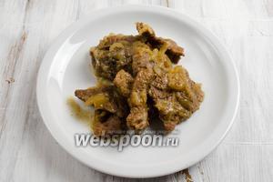 Разложить готовое мясо по тарелкам. Подавать горячим к обеду.