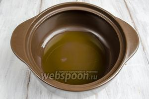 На дно хорошо нагретой широкой кастрюли с толстым дном влить масло.