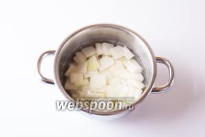 Помещаем нарезанную кольраби в кастрюлю и заливаем её водой или по критерию «чтобы прикрыло», или вливаем тарелку, из которой собираемся есть. Варим капусту 15-20 минут с момента закипания на среднем огне.