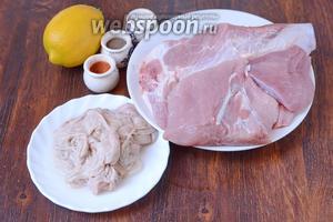 Для приготовления свиной чесночной колбаски рубленой с перцем вам понадобится лимон, кишки, соль, перец чёрный молотый, перец красный молотый, мясо свиное.