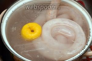 Сначала необходимо подготовить кишки. Промываем их тщательно под проточной водой с использованием лимона.