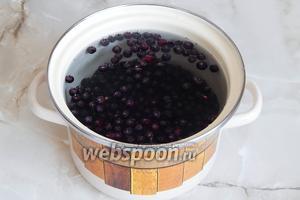 В кипящую воду кладём ягоды и на среднем огне варим 5 минут.