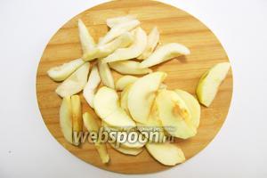 Подготовим наши основные продукты. Яблоки и груши тщательно промоем под проточной водой, обсушим. Очищаем от кожицы, извлекаем сердцевину с семенами. Нарезаем дольками. Если вы хотите, чтобы фрукты были целые, желательно взять твёрдые плоды.