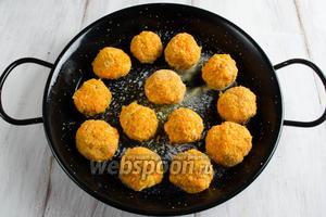 Сформировать шарики из морковного фарша и выложить на сковороду с растопленным маслом. Поставить в горячую духовку 180 °C на 30 минут.