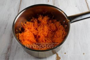 В горячее молоко выложить подготовленную морковь. Пассеровать до мягкости.