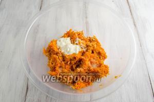 Добавить к морковной массе сметану и соль. Перемешать.
