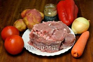 Для приготовления шулюма нам понадобится баранина на косточках, картофель, морковь, лук, крупный сладкий перец или 2 средних, помидоры, хмели-сунели, перец горошком, лавровый лист и чеснок.