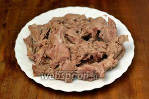 За это время мясо должно отстать от костей, если баранина от молодого барашка. Мясо отделяем большими кусками и отправляем назад в кастрюлю. Если мясо до конца не отделилось, можно положить косточки, пусть доходят во время приготовления супа.
