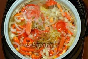 Отправляем все овощи в кастрюлю, добавляем хмели-сунели, перец горошком, лавровый лист и мелко нарубленный чеснок, включаем ещё раз программу «Суп» на 1 час. Если варить не в мультиварке, то помидоры и перец следует положить в конце, иначе картофель плохо разварится.
