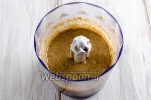 Для приготовления миндального масла, используйте  инструкции к рецепту . Пожелание — разделить приготовление ореховой массы на 2 этапа. Взбивать поджаренный миндаль с солью в блендере 30-40 минут. Добавить необходимое количество масла и мёд.
