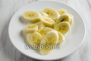 Вымыть и очистить бананы. Нарезать их дольками.