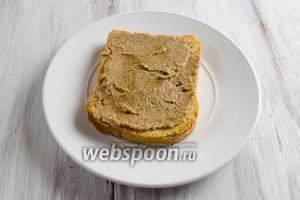 Смазать поджаренный хлеб тонким слоем миндального масла.