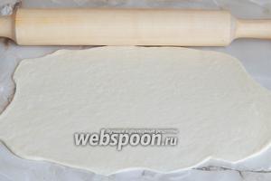 Каждую раскатываем в тонкий пласт — толщина примерно 3 мм.