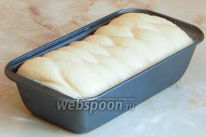 Смазываем её яйцом и отправляем в духовку выпекаться в течение 45-40 минут при 180 ºC.