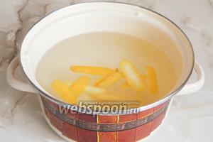 Далее добавляем цедру 1 лимона. Воду мы сняли с огня.